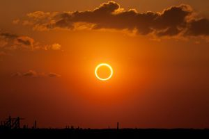 1024px-Annular_eclipse_%22ring_of_fire%22